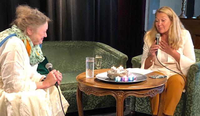 Astrid og Ina i samtale